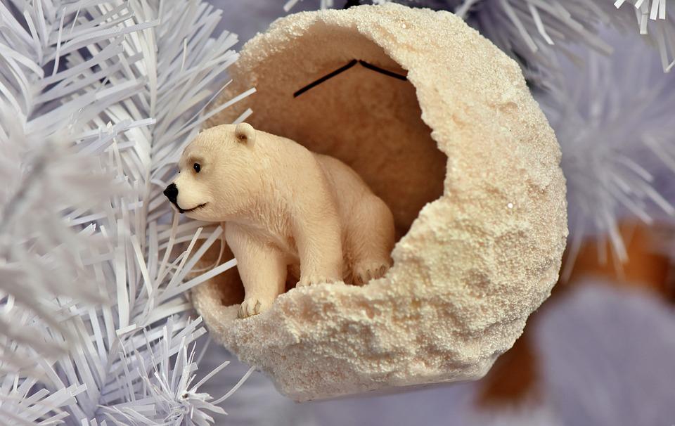 белая хвоя и мишка игрушка на елке