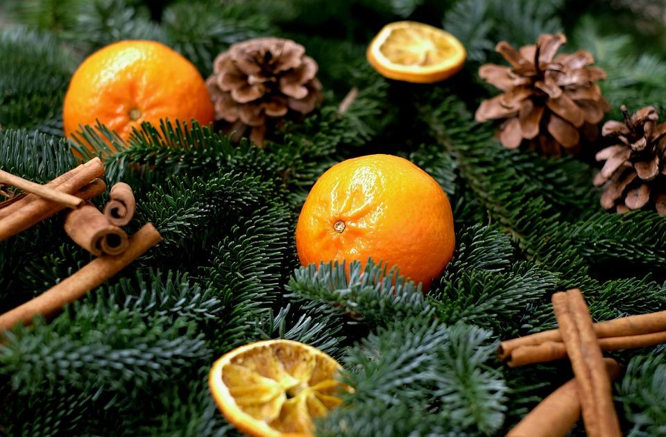 мандарины и апельсины в новогоднем декоре