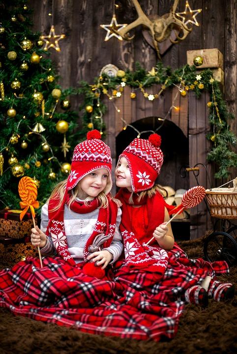 девочки с подарками у елки
