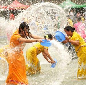 обливание водой в китае
