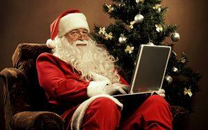 Санта Клаус у елки