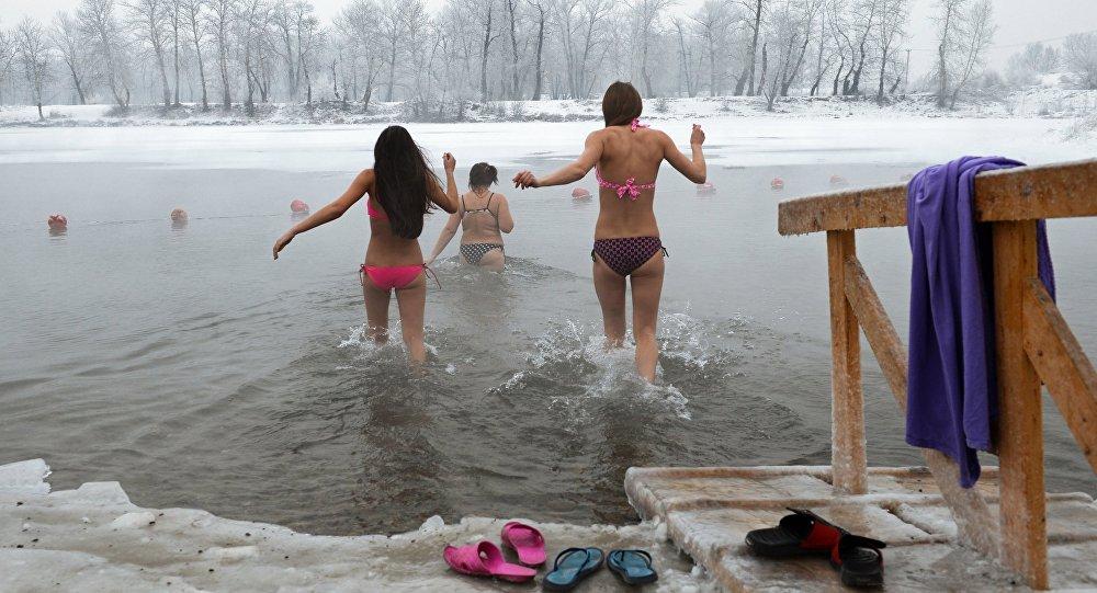 Люди купаются в проруби на Крещение