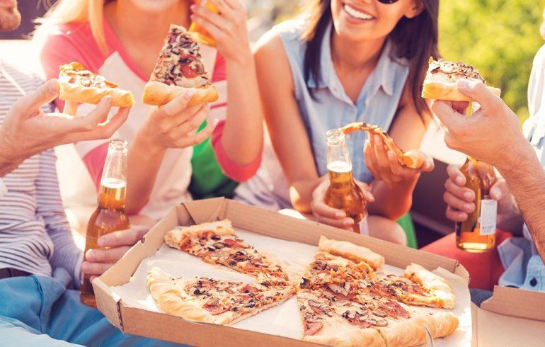 друзья, еда, пицца