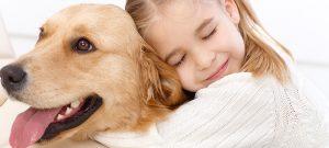 собака и девочка обнимаются