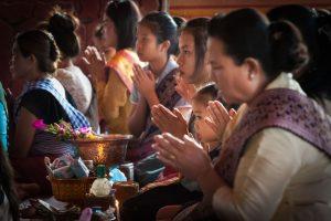 буддисты молятся в храме