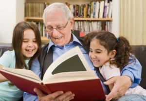 дедушка, внучки, книга