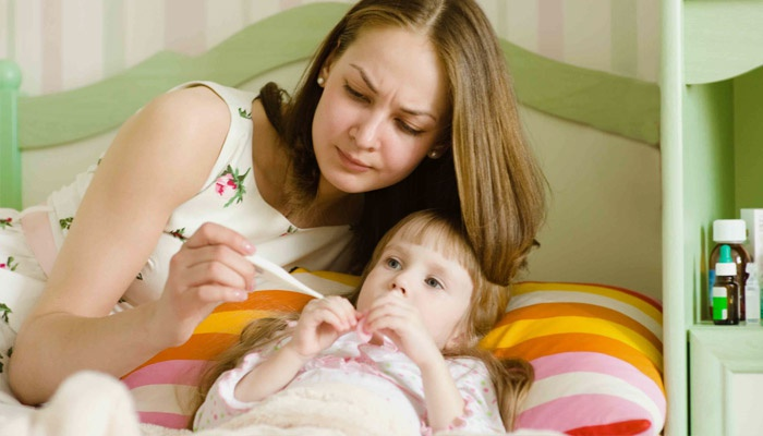 мама меряет температуру ребенка