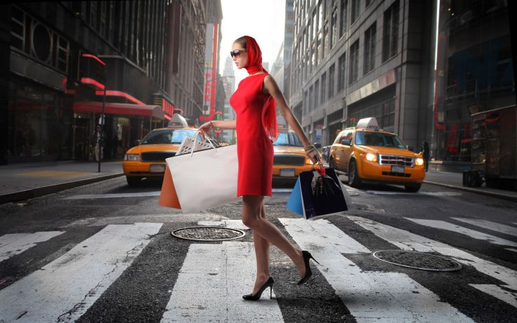 женщина с сумками на каблуках