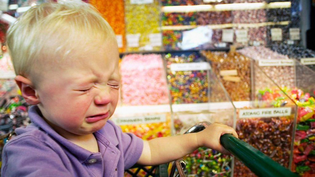 мальчик плачет в магазине