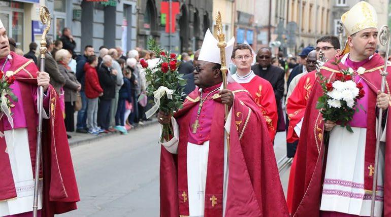 католические священники в розовом