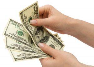 доллары в руках