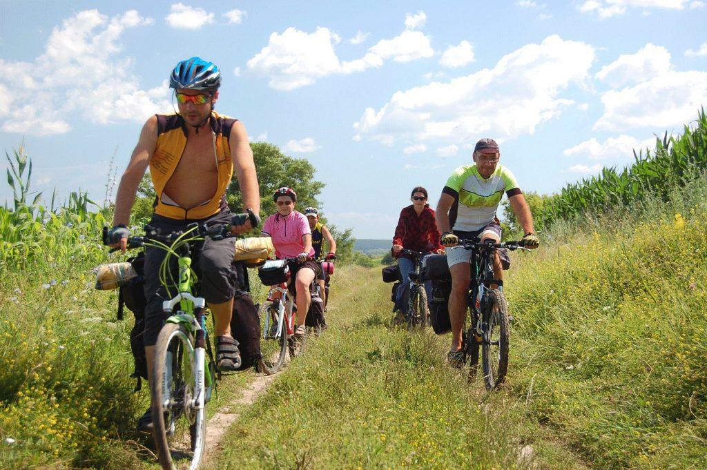 велосипедисты в походе