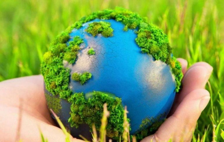 Земной шар в руках человека