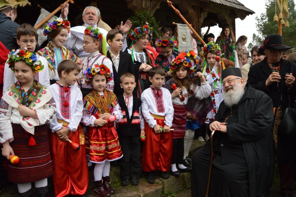 дети на Пасху и Любомир Гузар