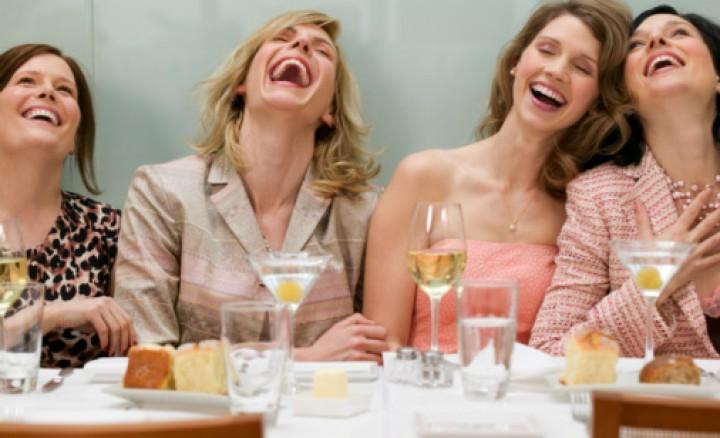женщины смеются