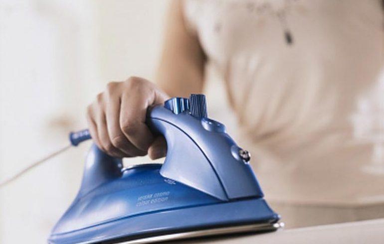гладить одежду утюгом