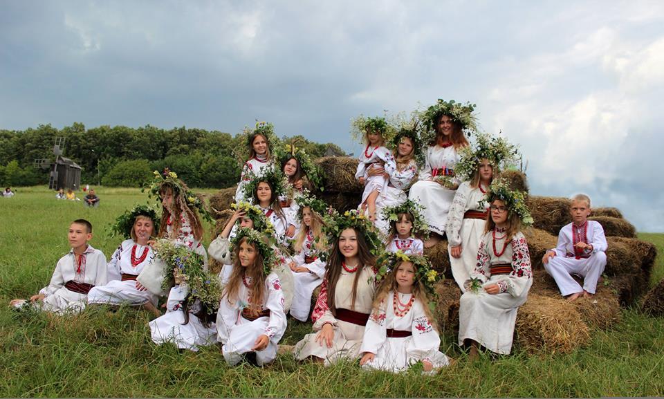Группа девушек в венках