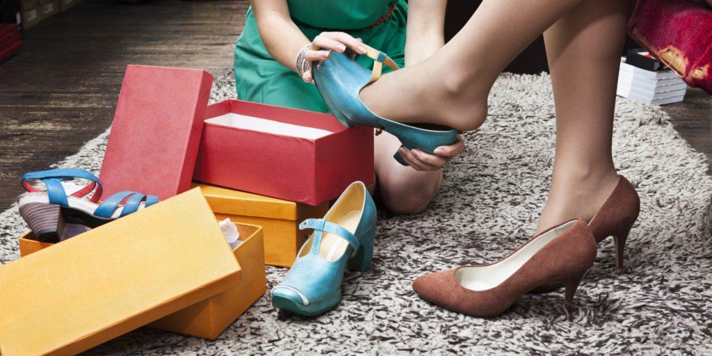 женщина примеряет обувь в магазине