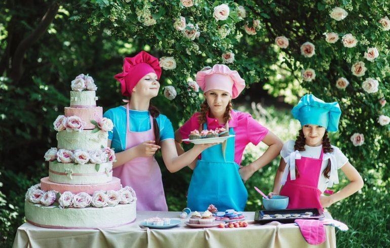 Девочки отмечают международный день торт
