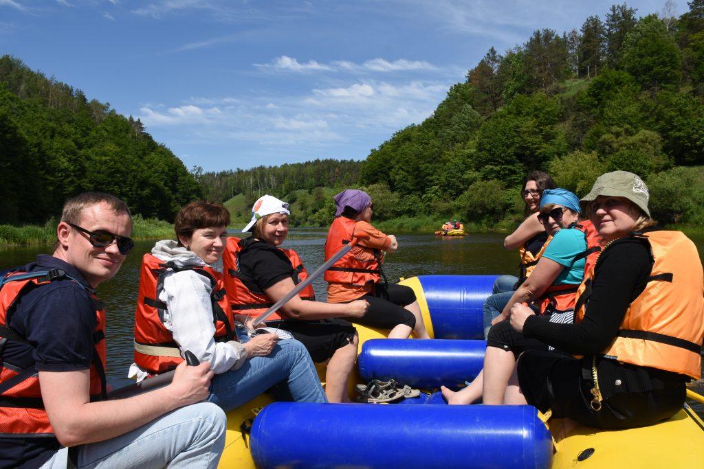 Группа журналистов сплавляется по реке Случ