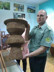 директор музея леса демонстрирует экспонаты