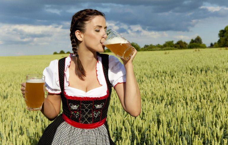 девушка в поле пьет пиво