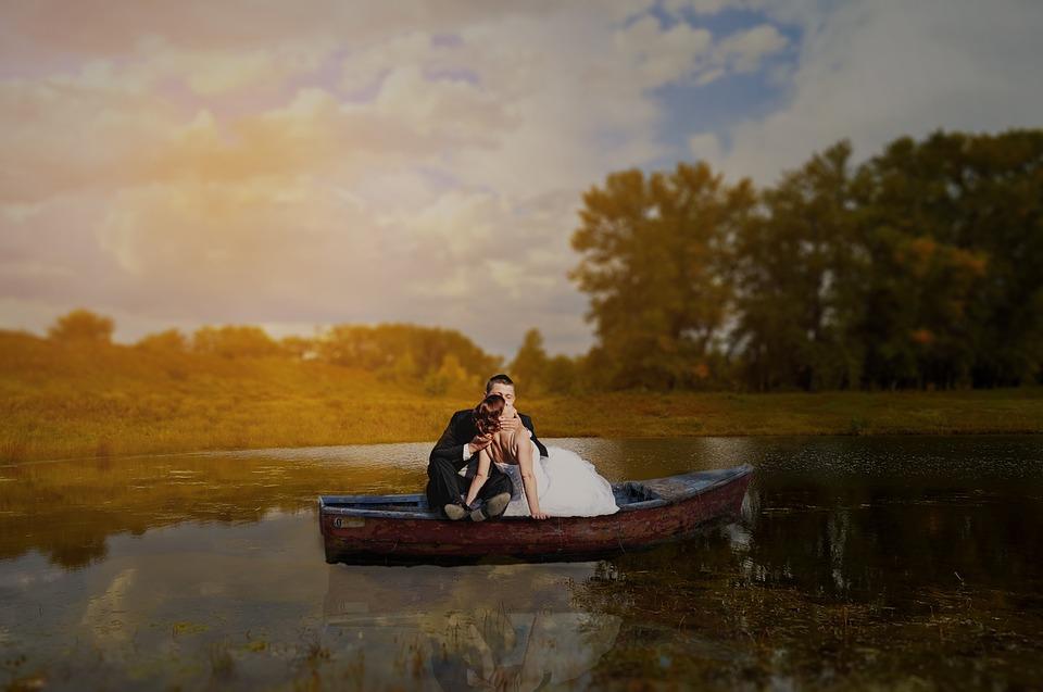 жених и невеста в лодке