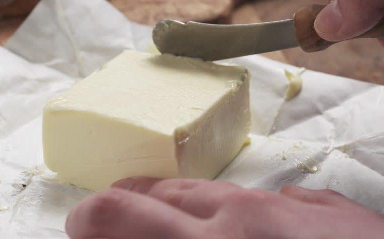 маргарин режут ножом