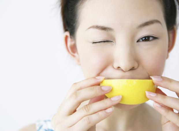 женщина ест лимон от икоты