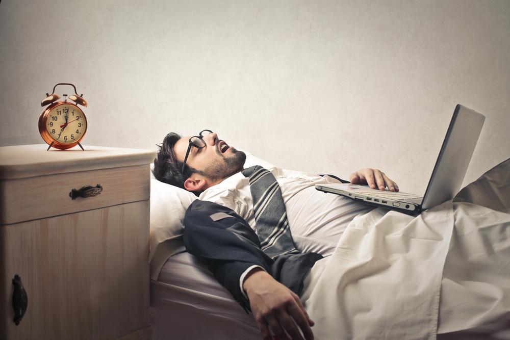 мужчина устал и не может проснуться