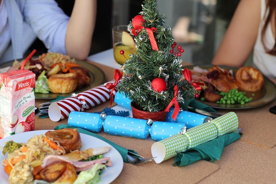 стол накрыт для рождественского ужина