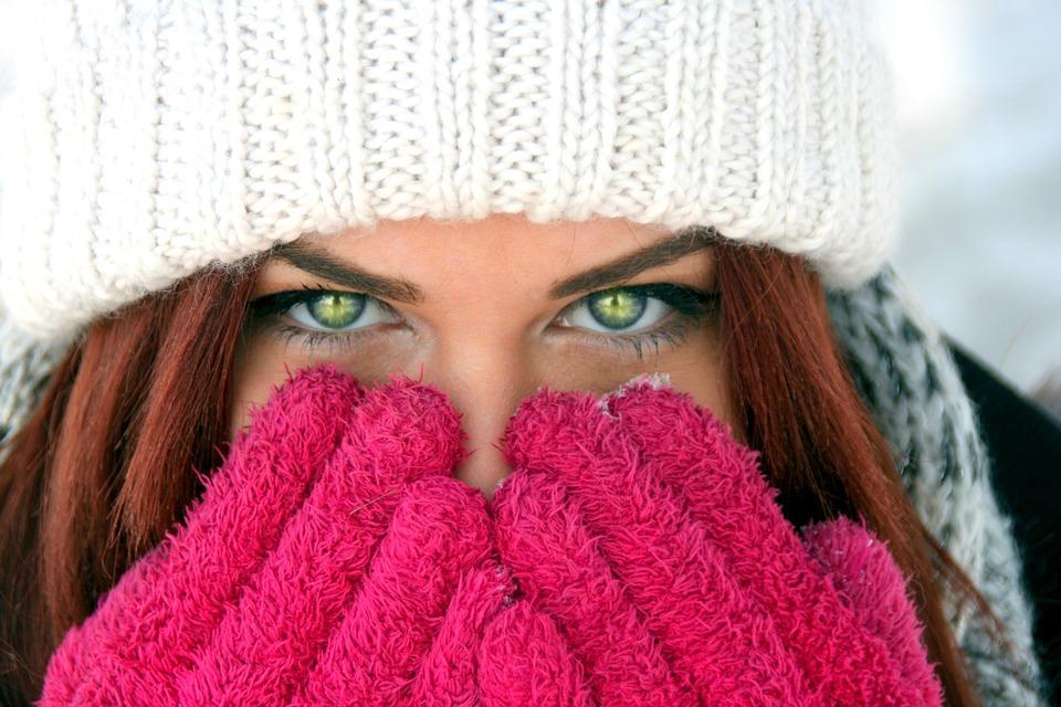 девушка закрывает лицо перчатками