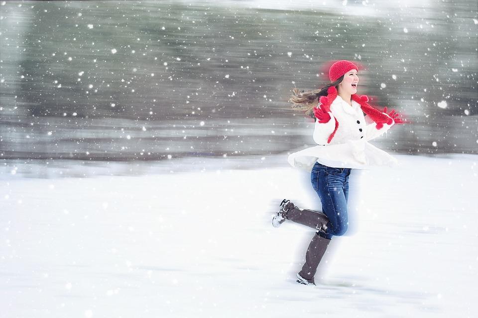девушка зимой бежит по снегу