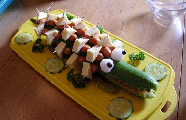 Салат крокодил с сосисками