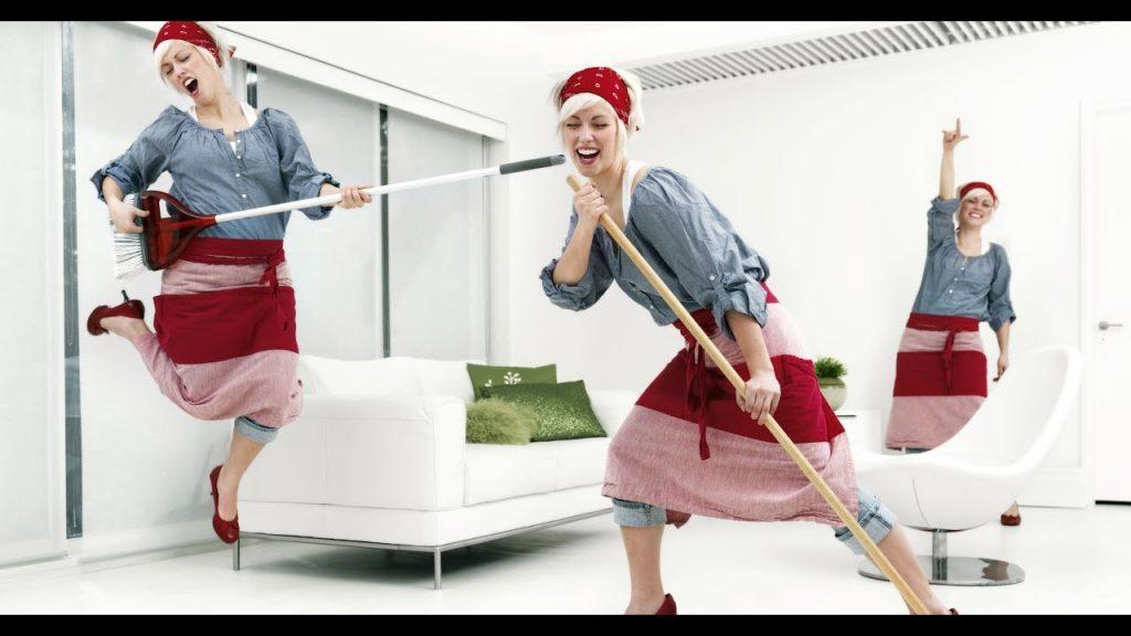 женщины весело моют полы