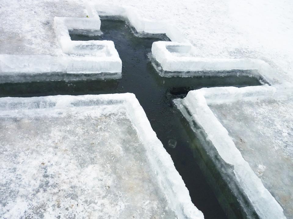 на крещение в проруби вырубают крест