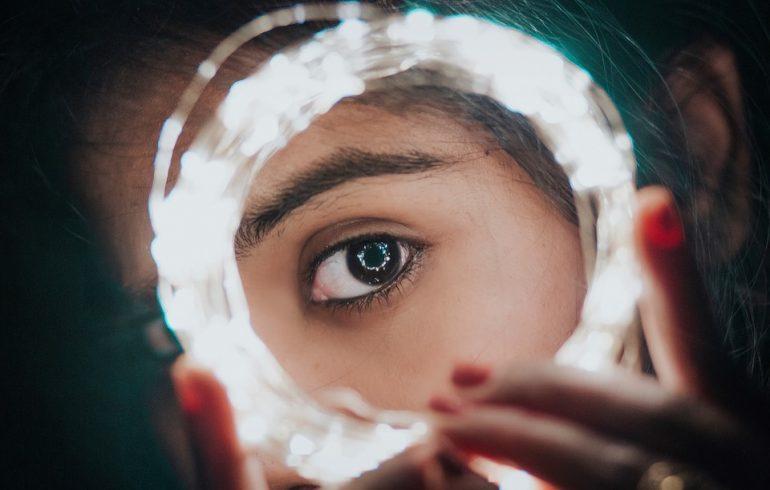 отражение девушки в зеркале