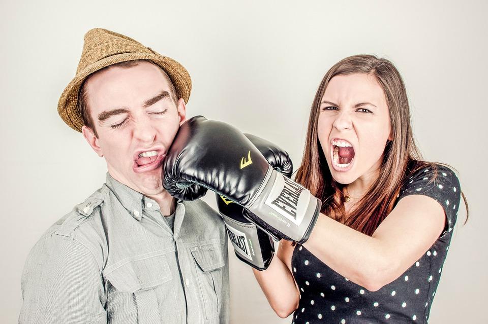 женщина бьет мужчину