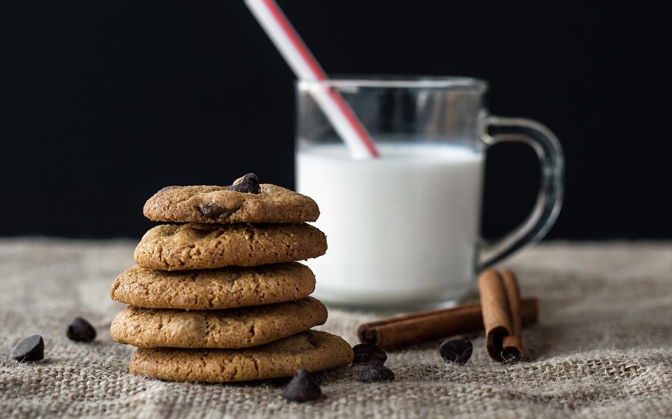 домового угощают молоком и печеньем