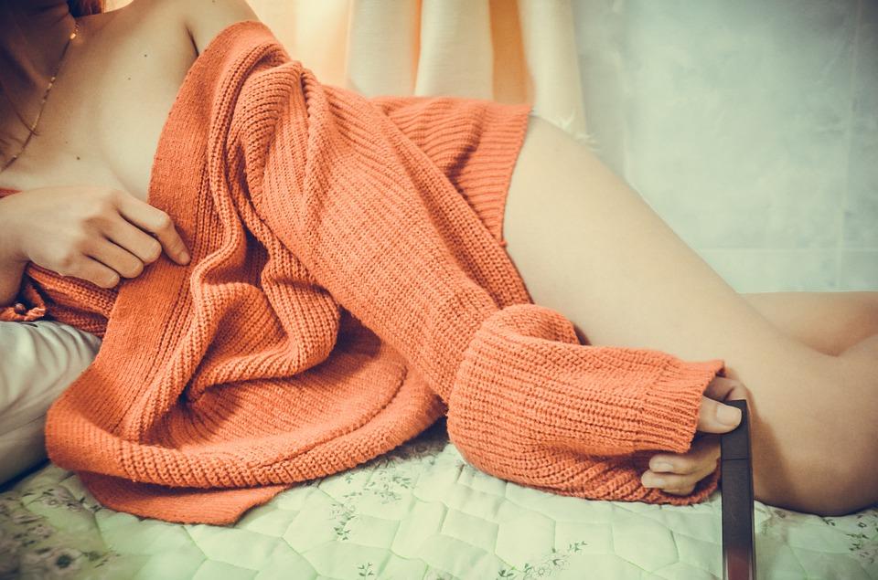розовая кофта на девушке