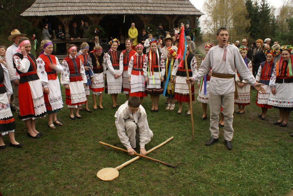 Поем веснянки и обливаемся водой в Пирогово