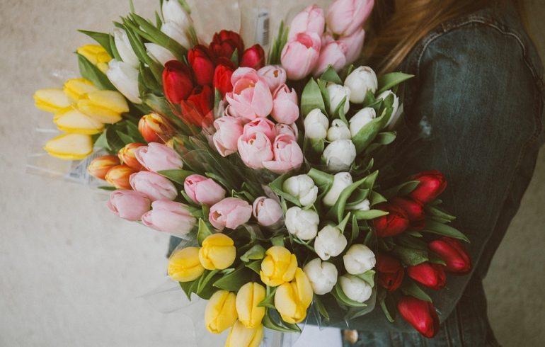 тюльпаны в руках женщины