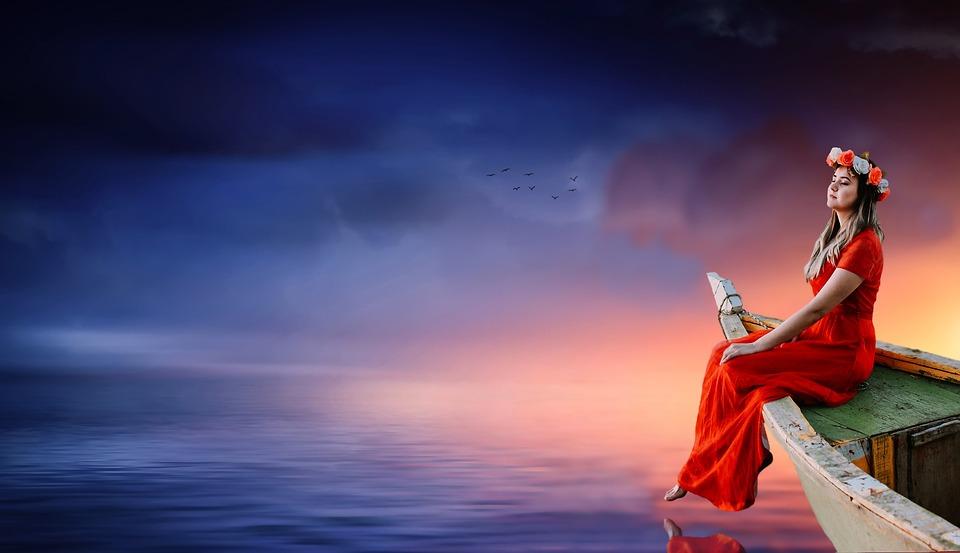 женщина сидит у воды