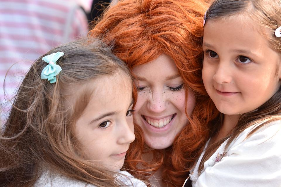 мама с рыжими волосами и дочки