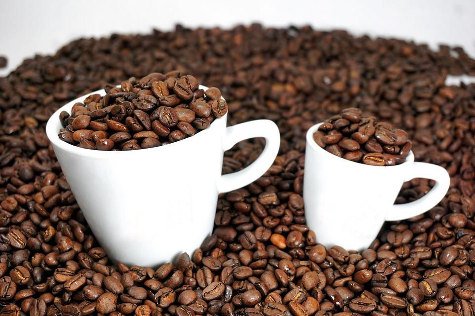 чашки с кофейными зернами