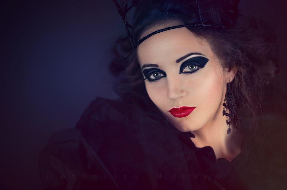 красивая женщина с черными волосами