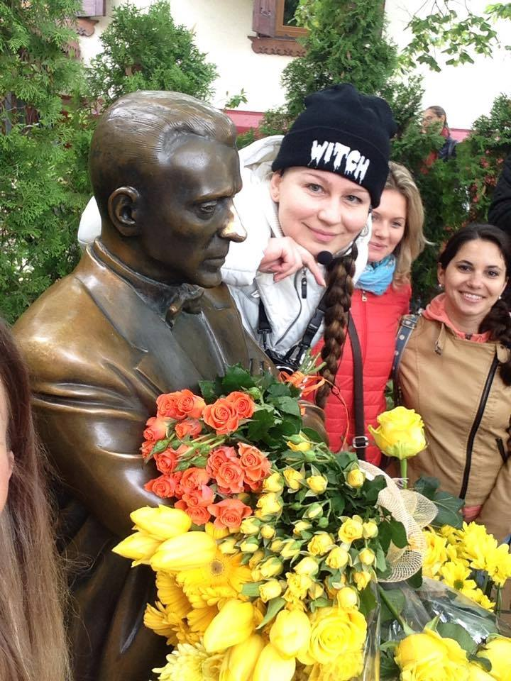 Лада Лузина с читателями принесла желтые цветы Булгакову