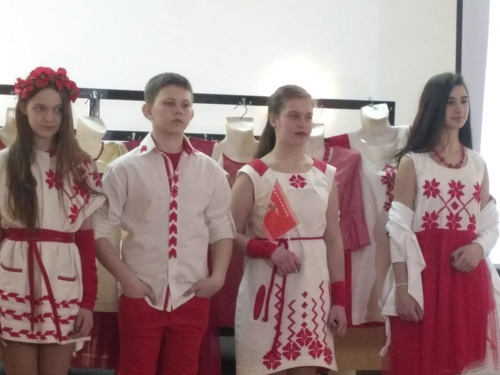 тинейджеры в нарядах с украинской вышивкой