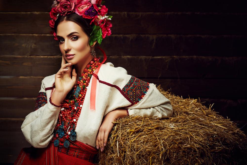 украинска в венке и вышитой сорочке