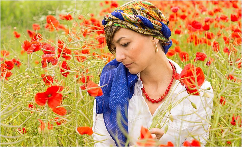 украинка в поле с маками